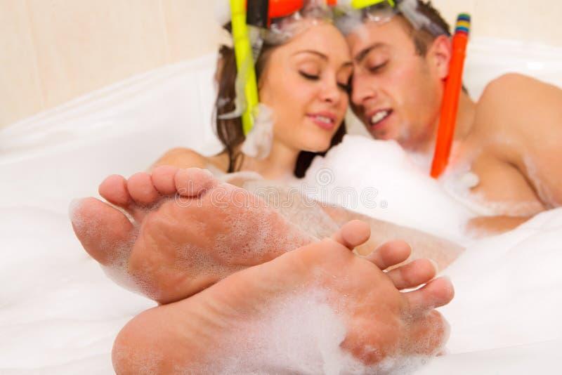 Le couple apprécie un bain image libre de droits