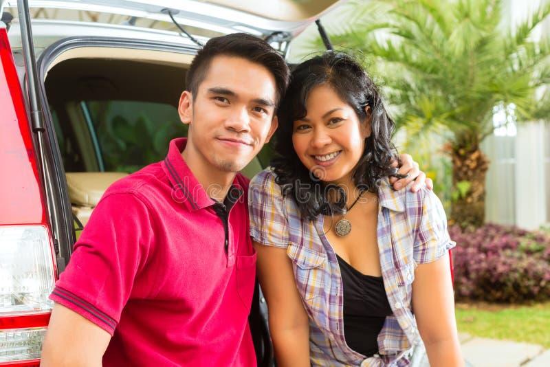 Le Couple Asiatique Est Heureux Dans L Avant Le Véhicule Photographie stock libre de droits