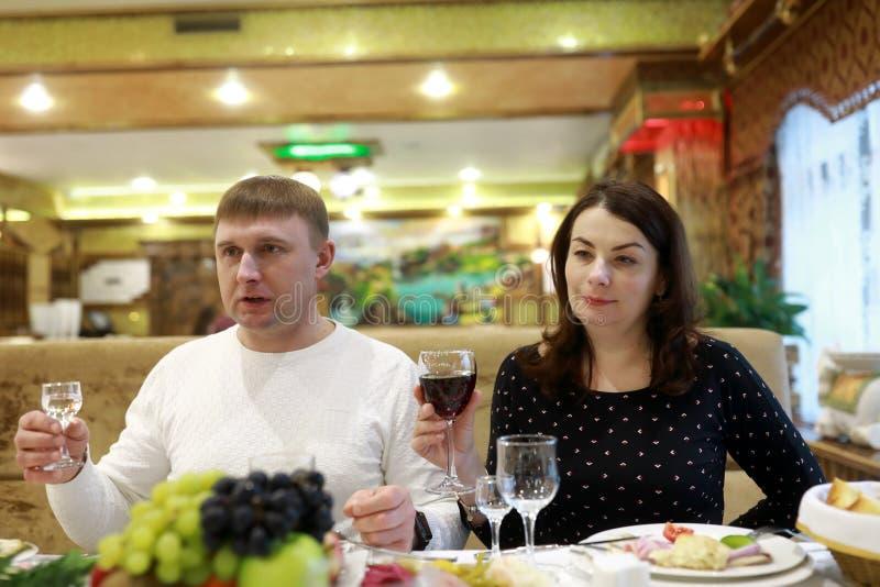 Le couple célèbre des vacances dans le restaurant photos libres de droits