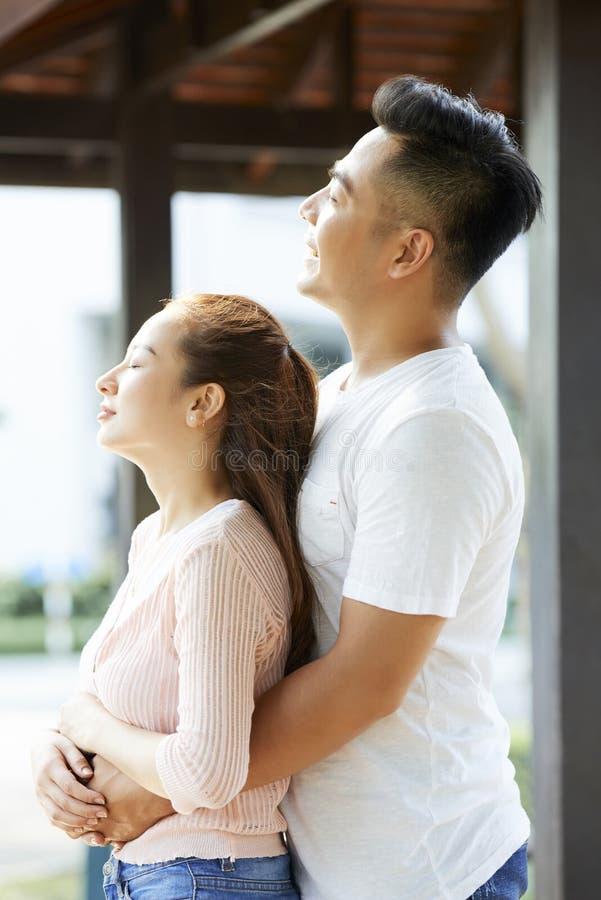 Le couple charge de l'énergie image libre de droits