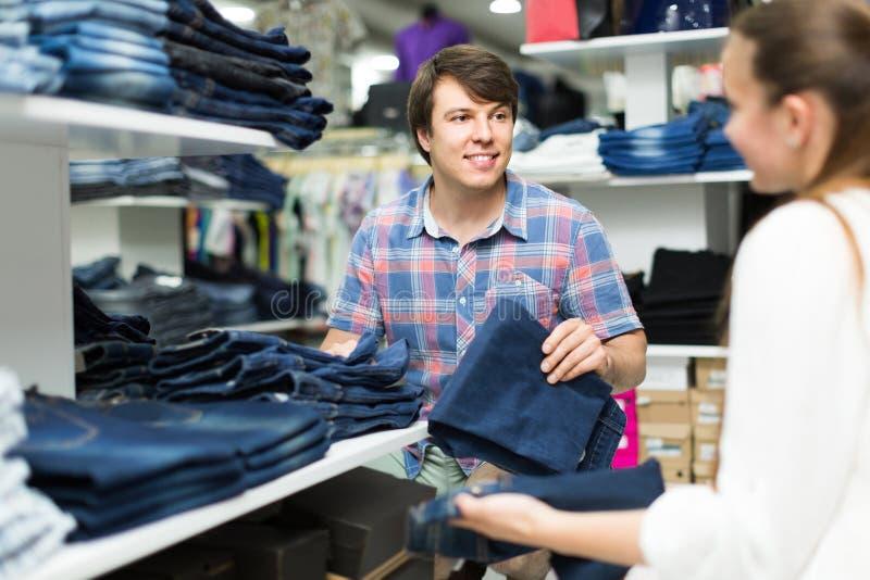 Le couple choisit des jeans à la boutique photos libres de droits