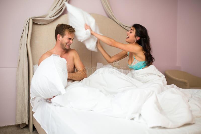 Le couple combat par des oreillers photos libres de droits