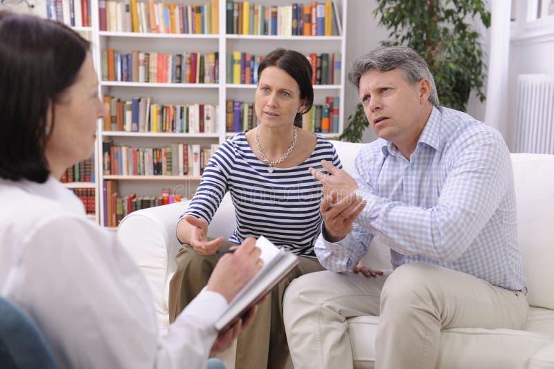 Le couple consulte parler au psychologue photographie stock libre de droits