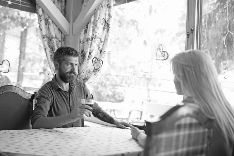 Le couple dans l'amour boit du vin dans le café ou le restaurant photos libres de droits