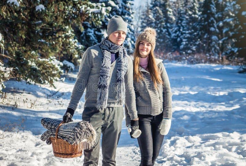 Le couple dans l'amour marche dans la forêt d'hiver photos libres de droits