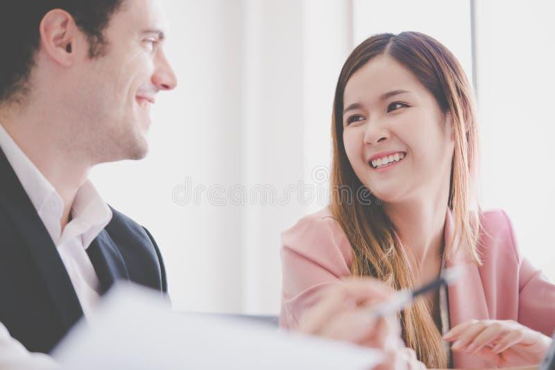 Le couple de bureau flirtant, les amis mignons d'étudiant parle le commutateur images libres de droits