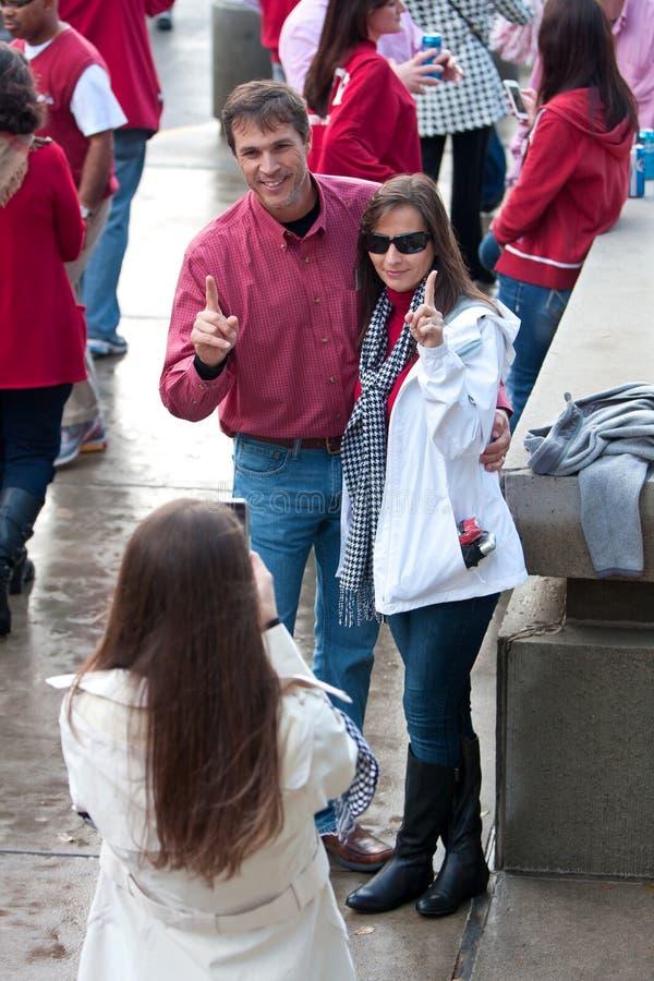 Le couple de l'Alabama fait à numéro un geste avant grand jeu photo libre de droits