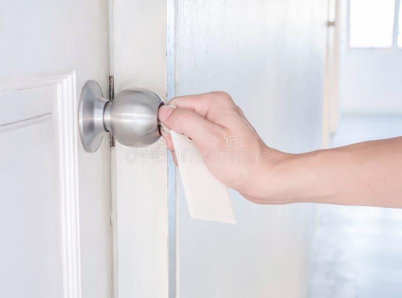 Le couple de main verrouille le bouton de porte en aluminium images stock