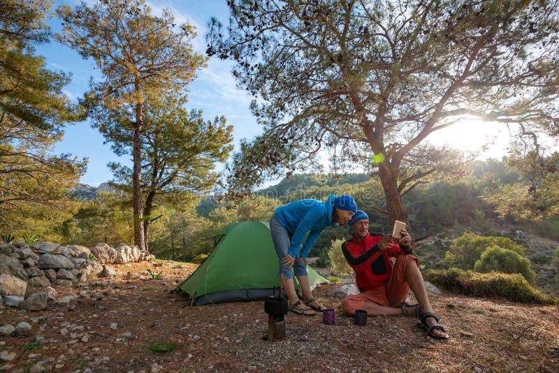 Le couple des voyageurs heureux utilise le PC de comprimé photos libres de droits