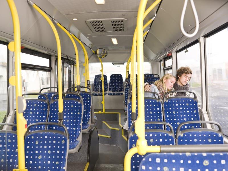Le couple dort sur le bus photos stock