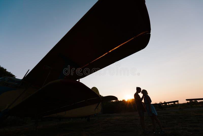 Le couple embrasse sous l'avion de vintage images libres de droits