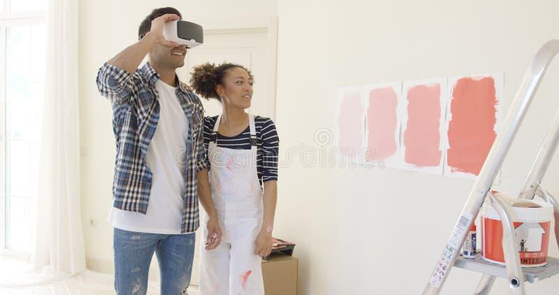 Le couple emploie des verres de réalité virtuelle pour choisir photographie stock libre de droits