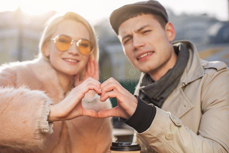 Le couple enamouré fait le geste d'amour image libre de droits