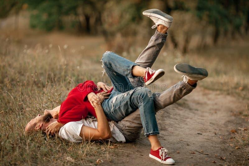 Le couple enamouré se trouve, sourit et des étreintes sur le chemin forestier image libre de droits