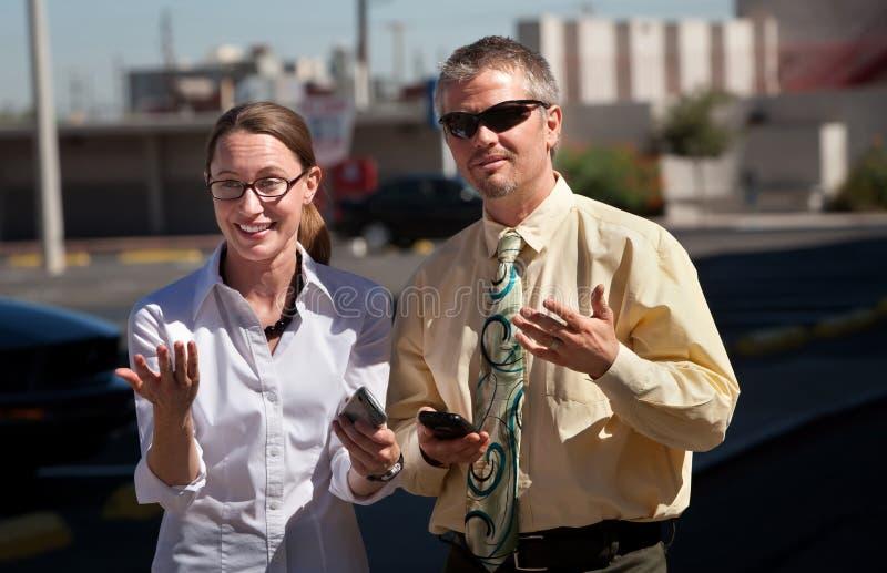 Le couple est confondu par ce qu'elles voient. images libres de droits