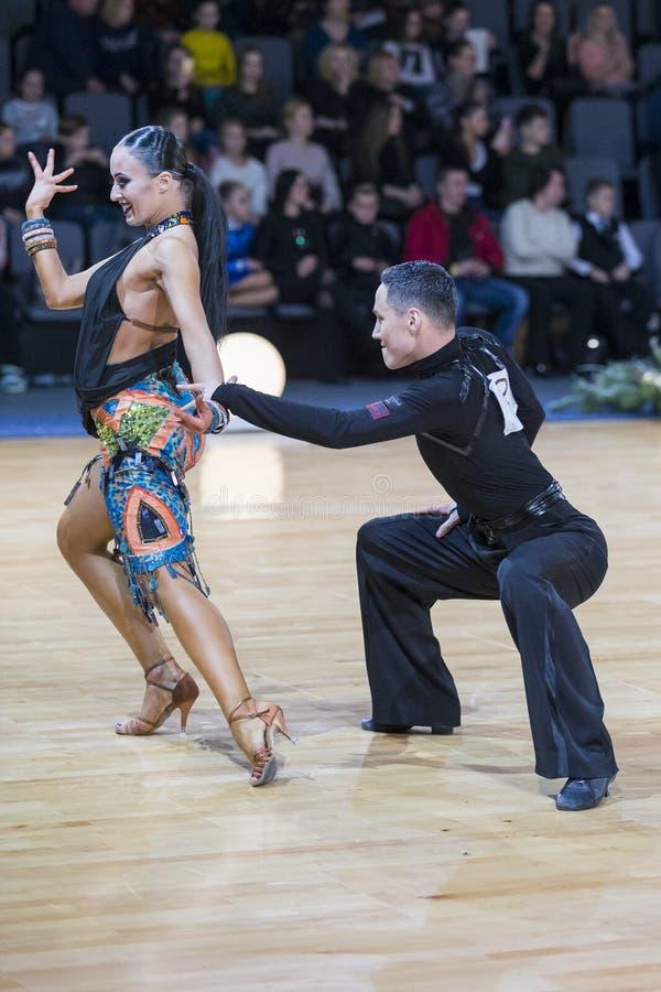 Le couple expressif superbe de danse exécute le programme latino-américain de la jeunesse photo libre de droits