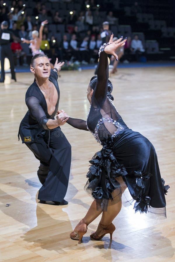 Le couple expressif superbe de danse exécute le programme latino-américain de la jeunesse images libres de droits
