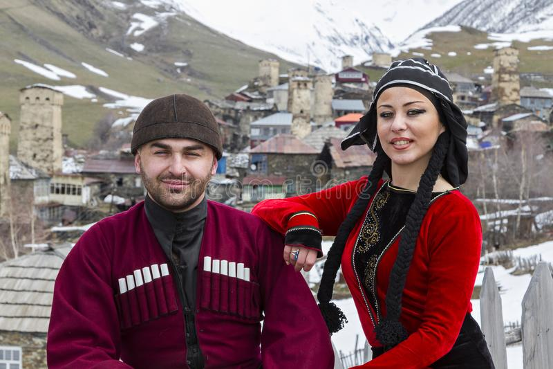 Le couple géorgien dans national costume, dans Ushguli, la Géorgie photo libre de droits
