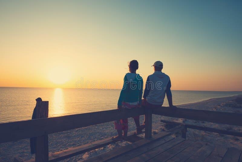 Le couple heureux détend sur une véranda de pavillon photo libre de droits