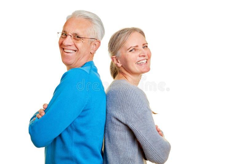 Le couple heureux d'aînés se penche de nouveau au dos photo libre de droits
