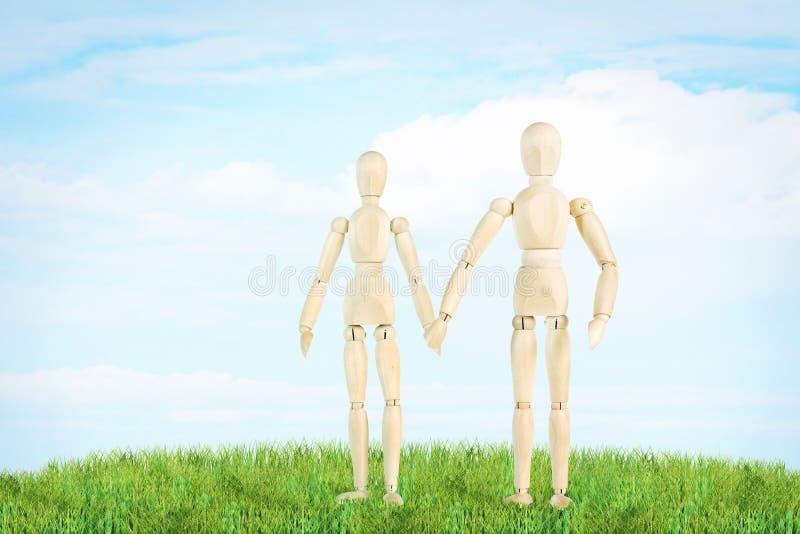 Le couple heureux se tient sur la pelouse verte extérieure image stock