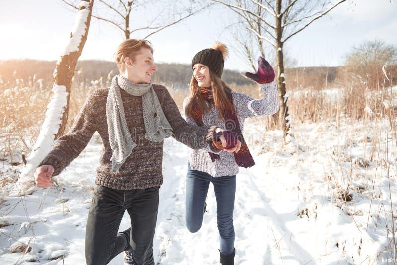 Le couple a l'amusement et rit baiser Jeunes couples de hippie s'étreignant en parc d'hiver Histoire d'amour d'hiver, un beau images stock