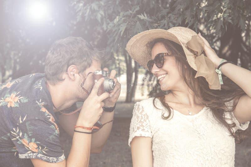 Le couple a l'amusement faisant des photographies photographie stock