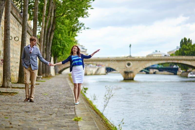 Le couple marche par le Seine photos stock