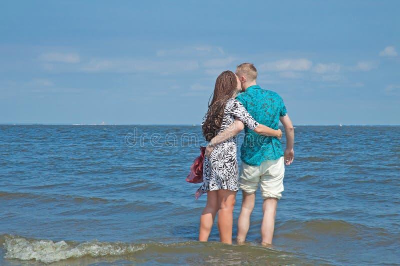 Le couple marche sur la plage photos libres de droits