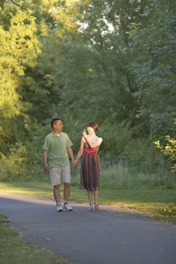 Le couple marche sur le chemin parlant - verticale images stock