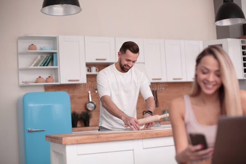 Le couple moderne passe le temps dans la cuisine images libres de droits