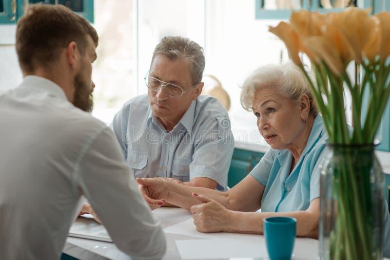 Le couple plus âgé consulte un agent image libre de droits