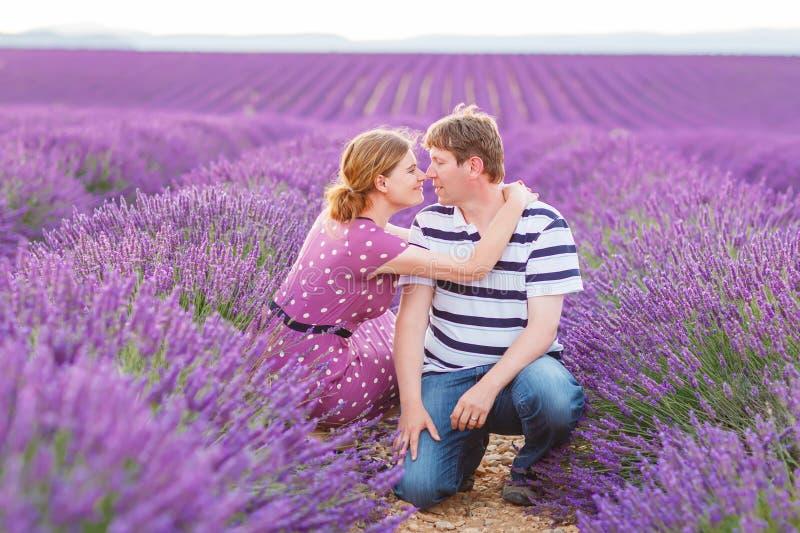 Le couple romantique dans l'amour en lavande met en place en Provence, France image stock
