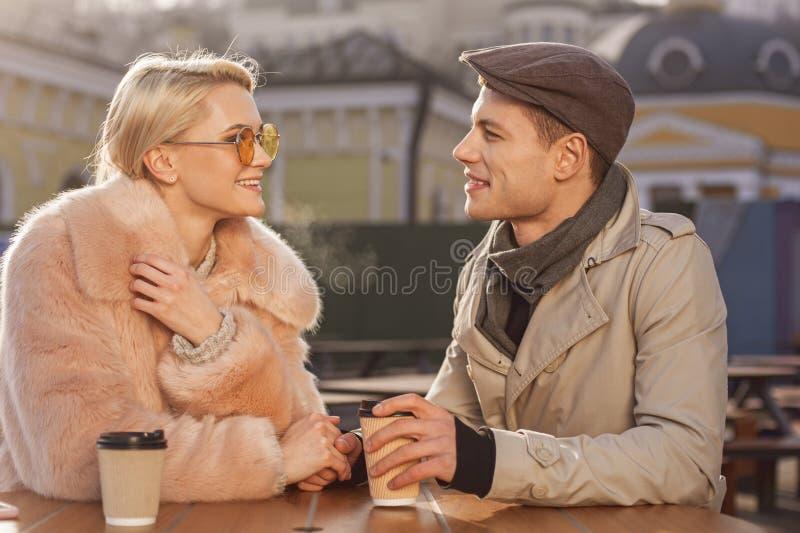 Le couple romantique heureux la date parle en café dehors photo stock