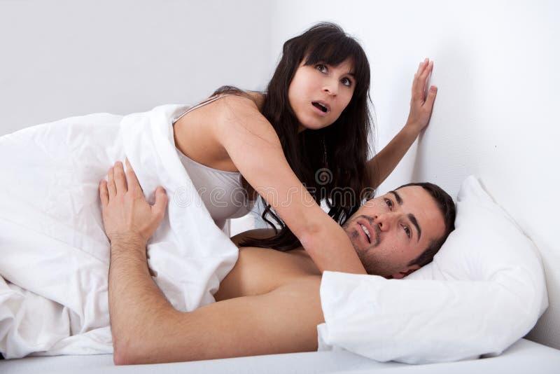 Le couple se fait attraper tout en effectuant l'amour photo libre de droits