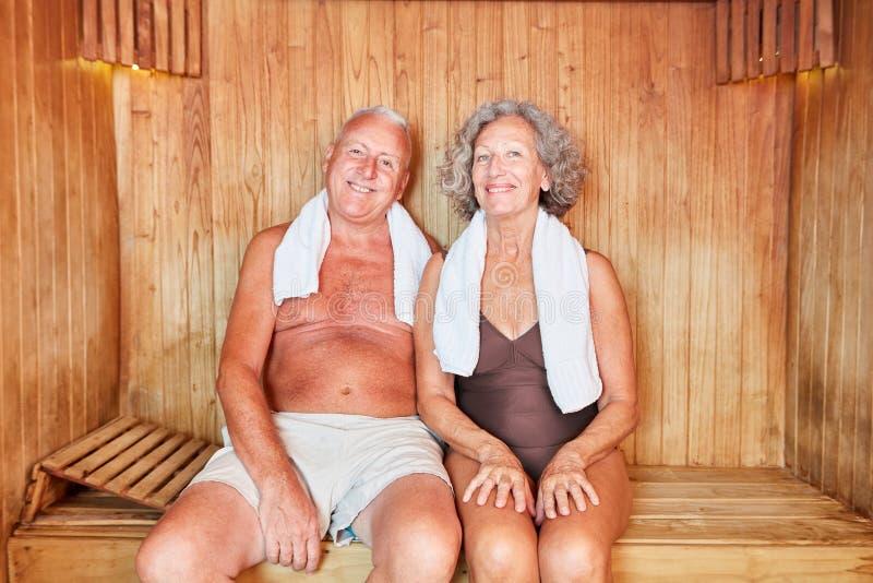Le couple supérieur détend dans le sauna image libre de droits