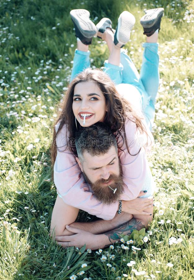 Le couple sur sourire fait face au tabagisme dehors, nature sur le fond Concept d'habitude de consommation du tabac Les couples d photographie stock