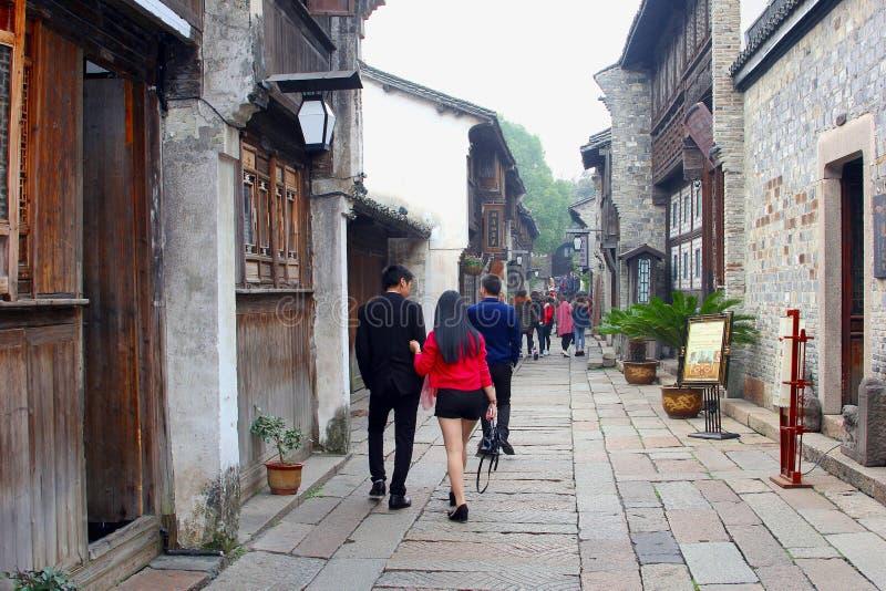 Le couple visite le pays dans la ville antique Wuzhen, Chine de l'eau photo libre de droits