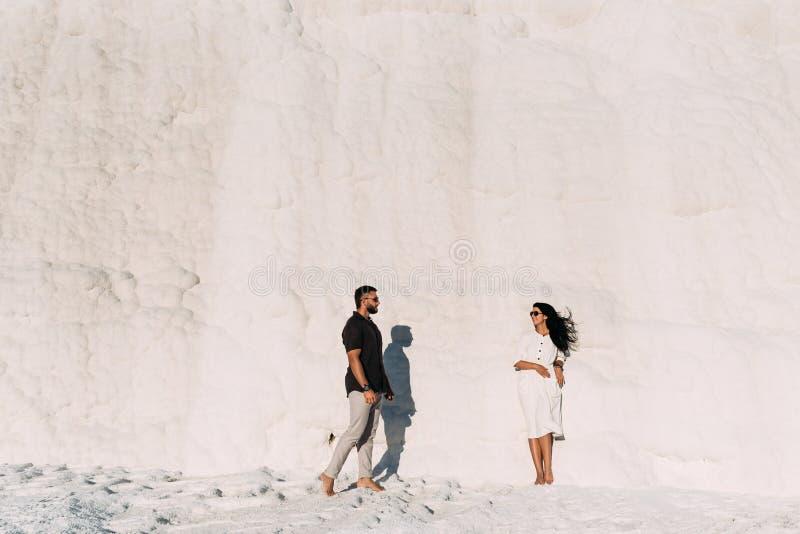 Le couple voyage aux endroits pittoresques de la Turquie Homme et femme au coucher du soleil Couples ?l?gants dans l'amour Un cou images stock