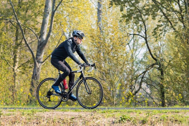Le coureur de cycle s'exerce par temps agréable de ressort, Brabant, Pays-Bas photos libres de droits