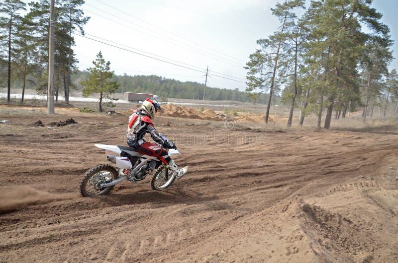 Le coureur de MX sur la moto accélère sur une section droite San images stock