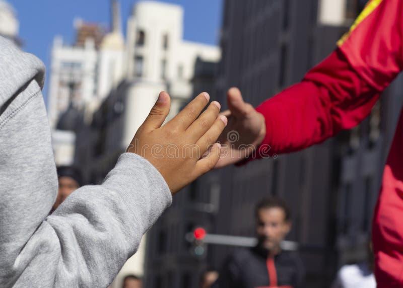 Le coureur et l'enfant battent leurs mains photos libres de droits