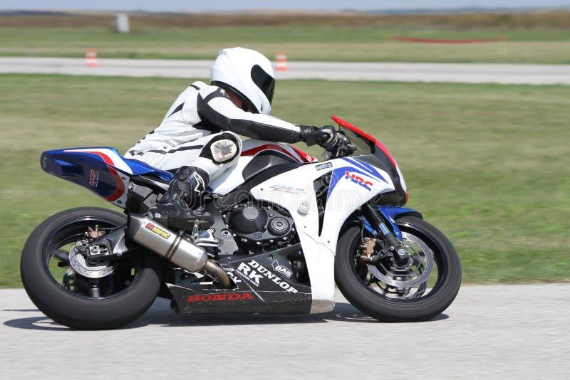 Le coureur seul de motocyclette dans virage à gauche dessus la voie image stock