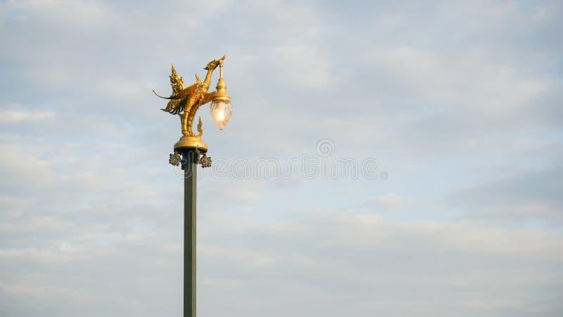 Le courrier d'or de lampe d'oiseau sur un fond de ciel photographie stock