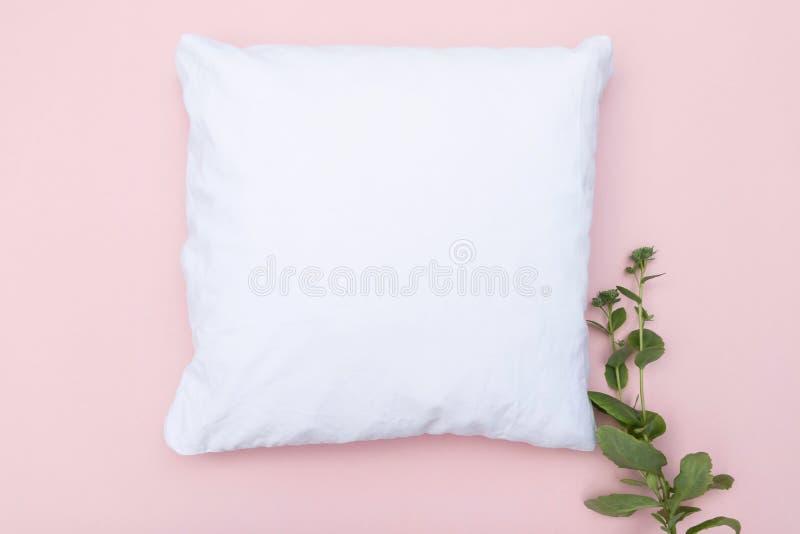Le coussin blanc vierge se moque sur fond rose et plante verte photos libres de droits