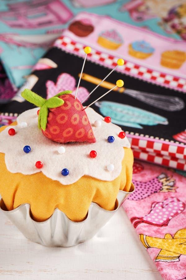 Le coussin de goupille de patchwork aiment un petit gâteau avec la fraise photographie stock