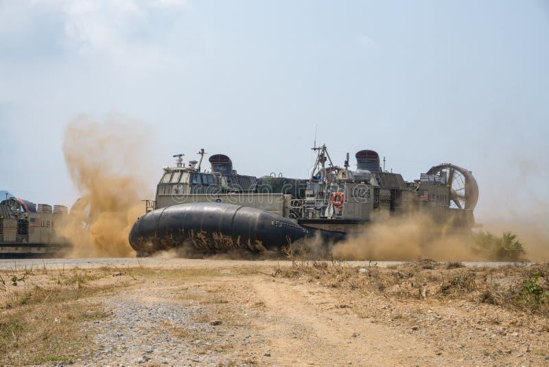 Le coussin des USA Marine Corps Landing Craft Air ou le LCAC débarque sur la plage images stock
