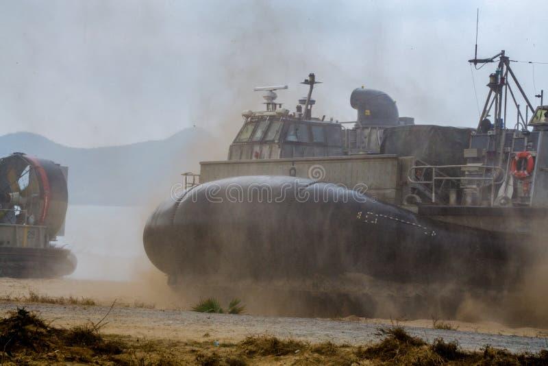 Le coussin des USA Marine Corps Landing Craft Air ou le LCAC débarque sur la plage photos stock