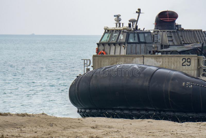 Le coussin des USA Marine Corps Landing Craft Air ou le LCAC débarque sur la plage pendant l'exercice militaire multinational de  image libre de droits