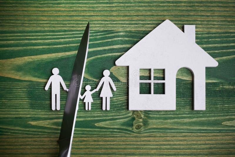 Le couteau divise la famille entière idée de divorce Chiffre en bois Fond en bois image stock